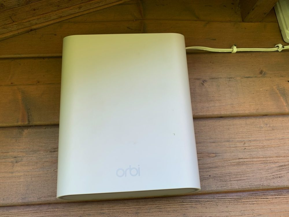 outdoor-install-1000x750 [TEST] NETGEAR invite le Wi-Fi à l'extérieur avec le satellite Orbi Outdoor